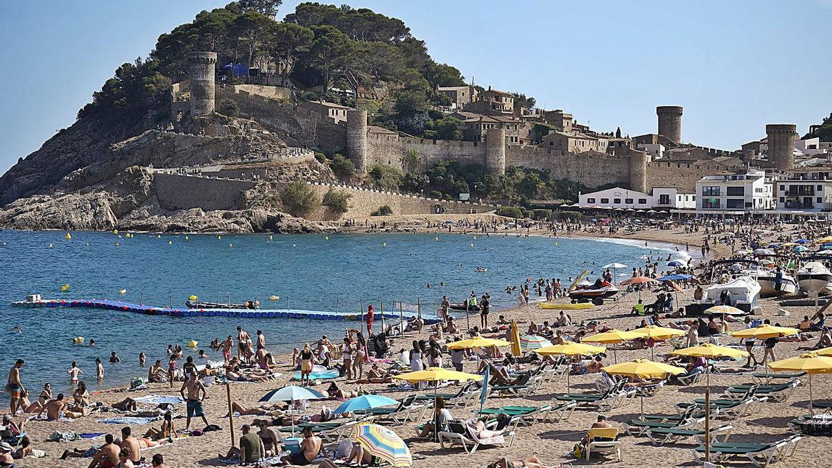 La platja de Tossa, aquest estiu, plena de turistes.   MARC MARTÍ