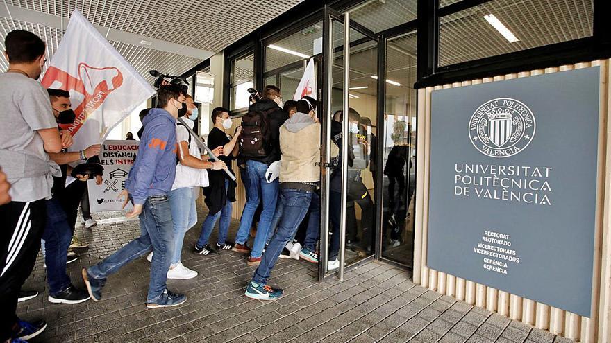 Estudiantes protestan en  el rectorado  de la UPV