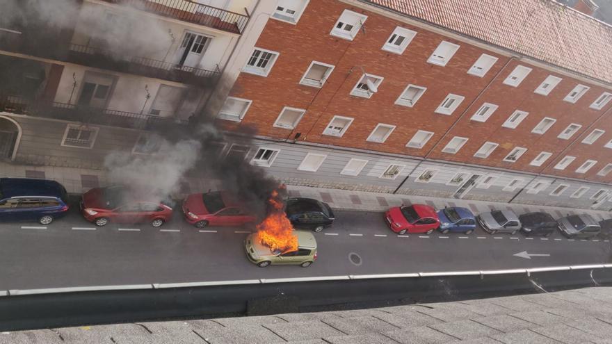 Susto en Oviedo al arder un coche en la calle Buenos Aires