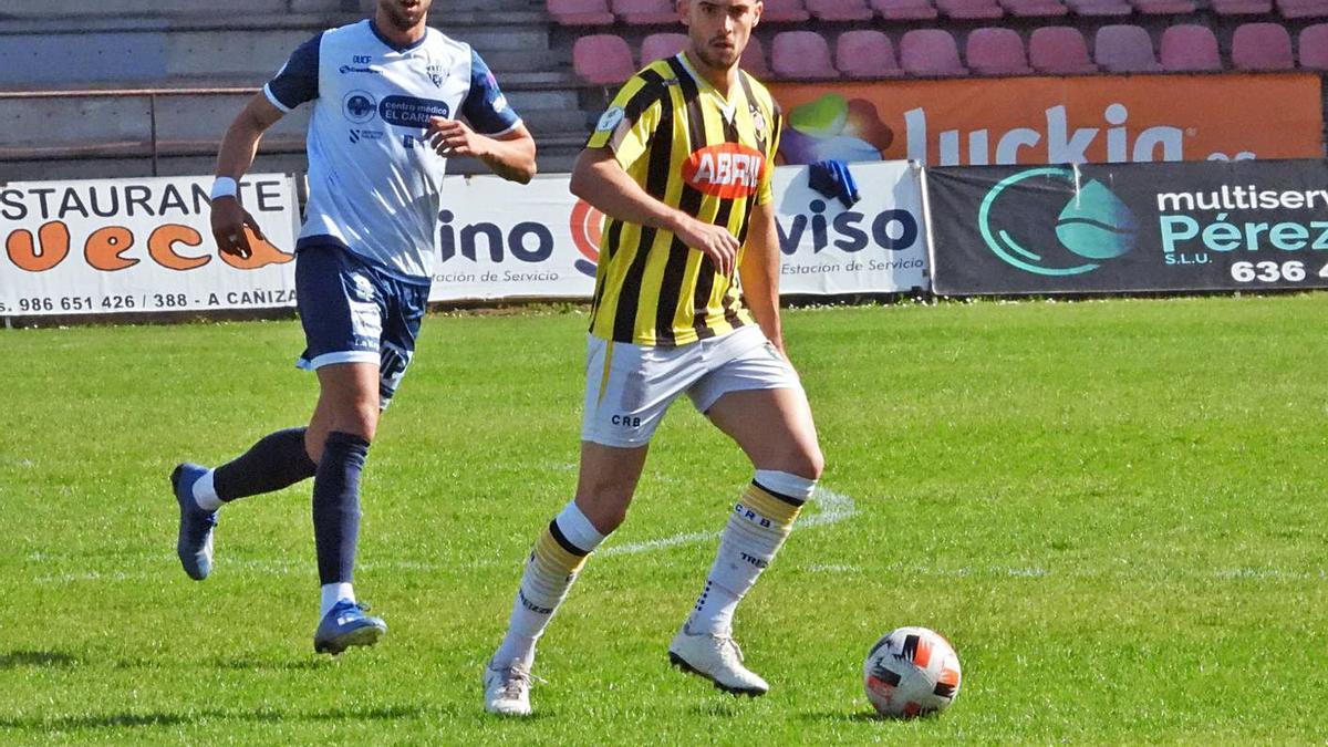 Iago, del Rápido, conduce el balón durante el partido de ayer en el campo de O Couto. |  // FERNANDO CASANOVA