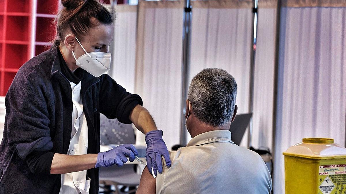 Una sanitaria vacuna a un hombre en el Recinto Ferial de La Gañanía, en Los Realejos