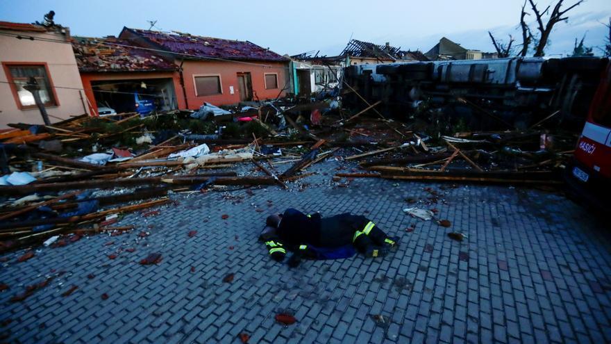 Un potente tornado causa tres muertos e importantes daños materiales en la República Checa