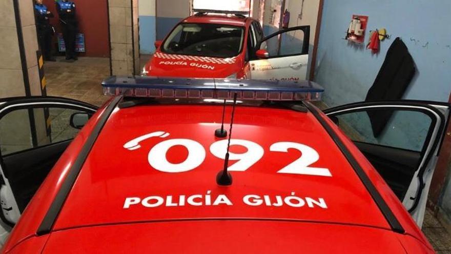 Arrestan a un joven en Gijón por dar positivo tras empotrar su coche contra una farola