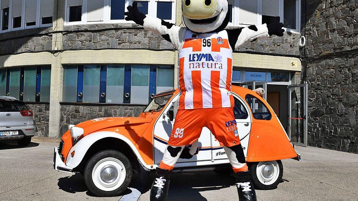 Leymita, mascota del Básquet Coruña, posa delante del coche presentado ayer.