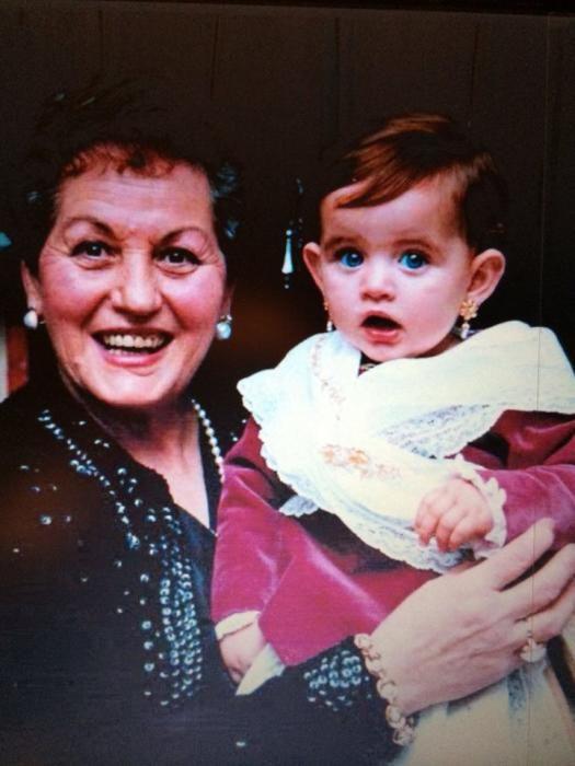 Los trajes de valenciana acompañaron a Rocío desde que nació. Aquí, con su abuela, una de las fundadoras de su primera comisión, Espartero-Maestro Plasencia.