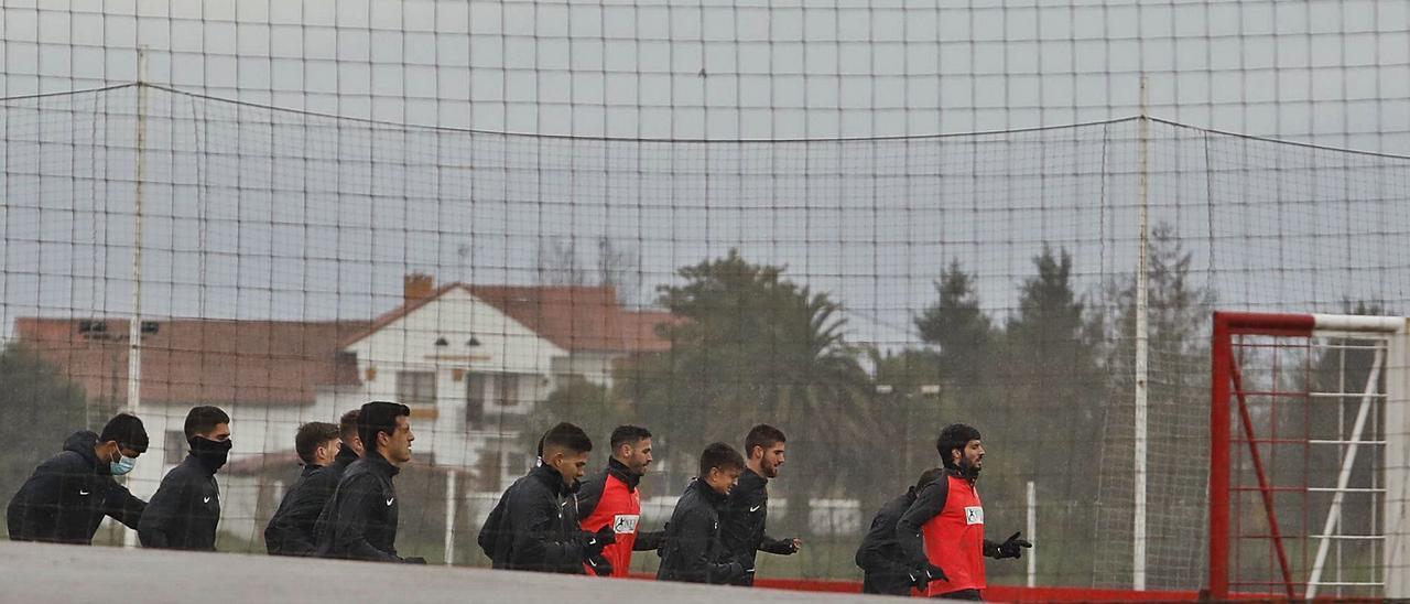 Los jugadores del Sporting, entrenándose ayer por la tarde en el campo número 2 de Mareo. | Marcos León