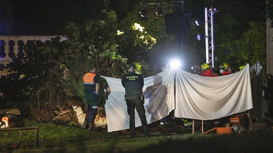 Una fallecida y cuatro heridos al caer un árbol durante un concierto en Pontevedra