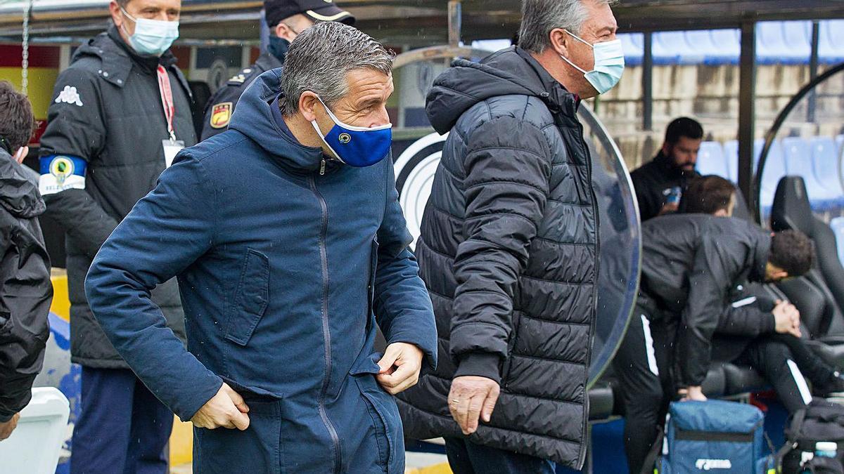 Los entrenadores David Cubillo y César Ferrando tras su saludo antes del derbi de ayer. | ALEX DOMÍNGUEZ
