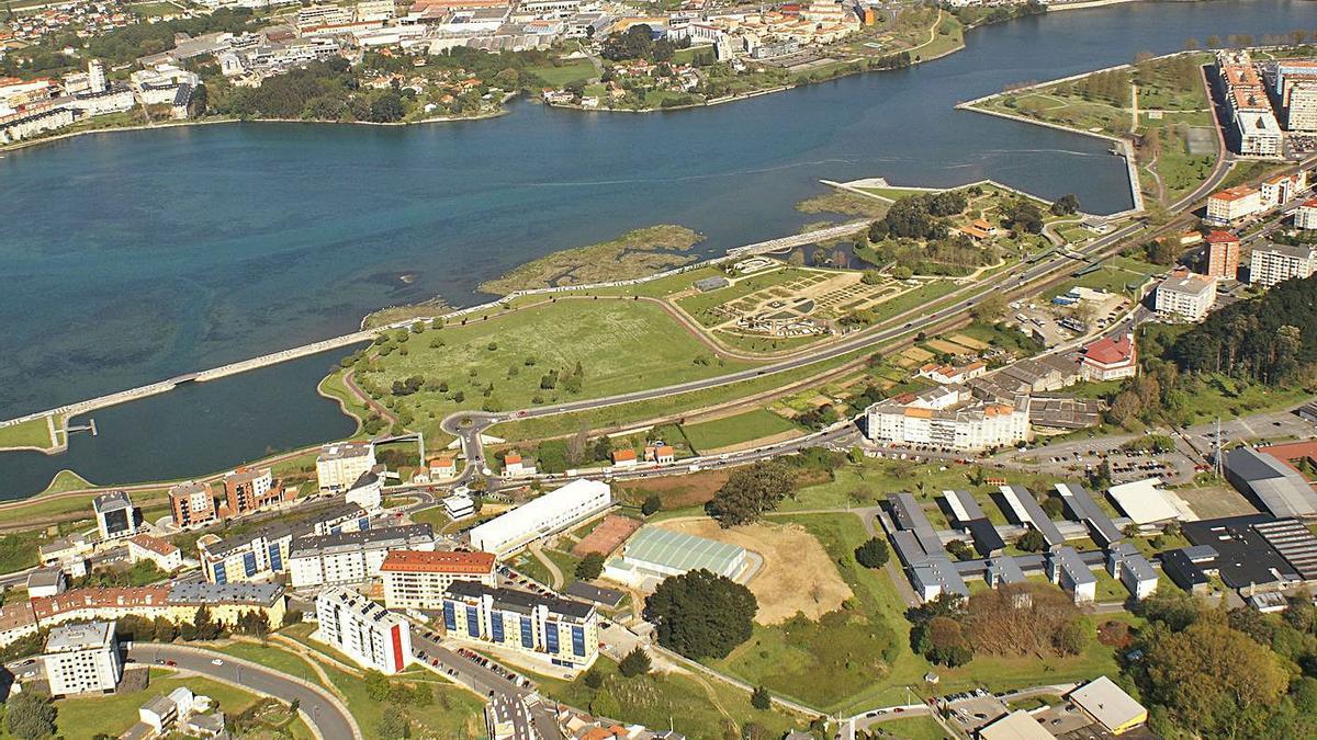Vista aérea de O Burgo, con la laguna a la izquierda. |   // L.O.