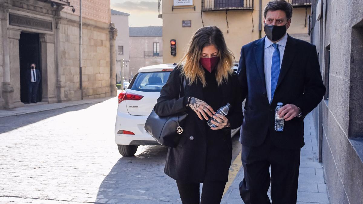 Valeria Quer, junto a su padre, a su llegada a la Audiencia de Segovia el pasado mes de marzo.