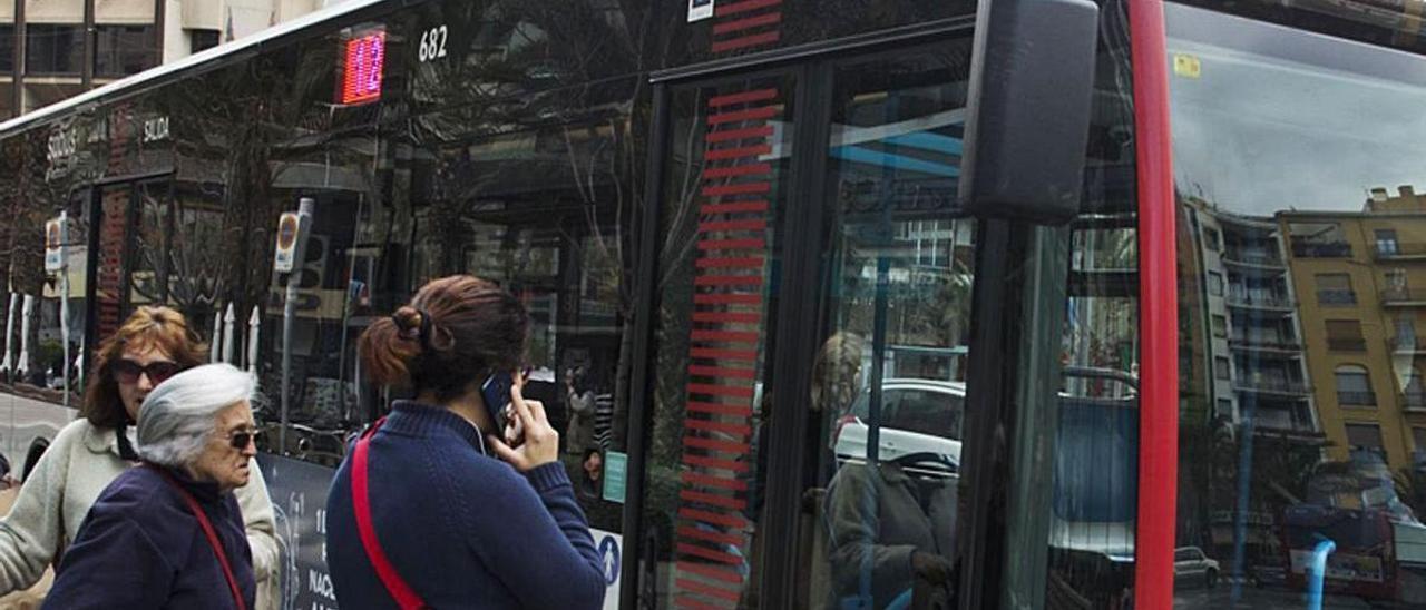 Un autobús urbano de la línea 12 de Alicante a su paso por Luceros.