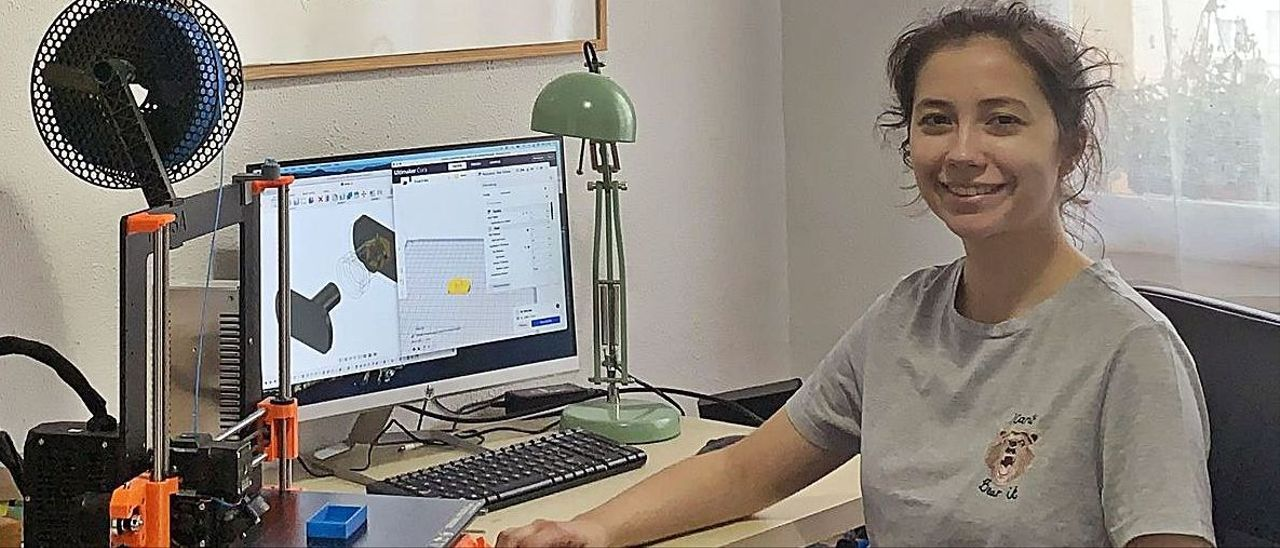 Úrsula Martínez con una impresora 3D que usa para sus prototipos, ayer en Madrid.