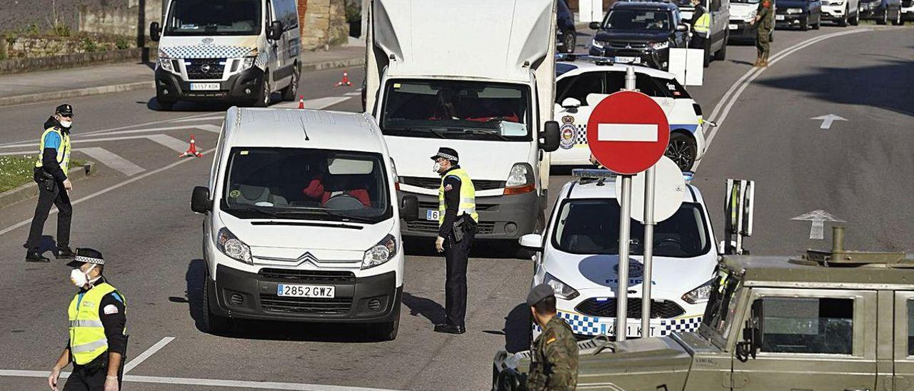 Control de tráfico por parte de militares y agentes de la Policía Local en la rotonda de los Oficios durante el estado de alarma.