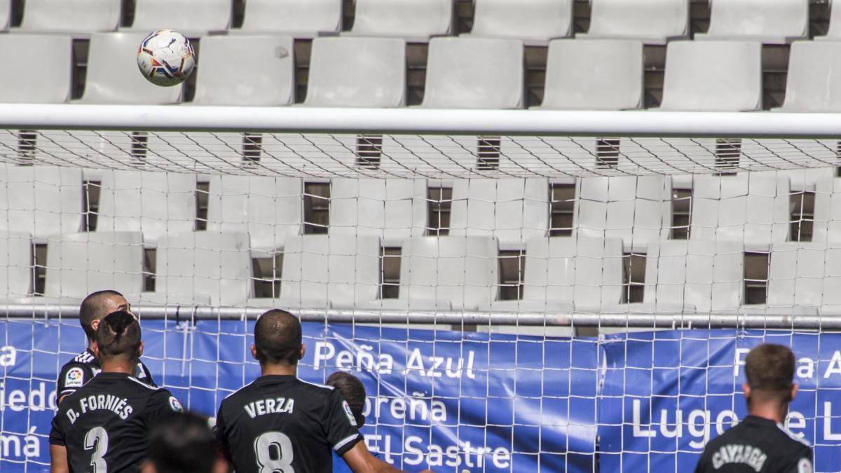 Marc Martínez evita una de las acciones de peligro del Real Oviedo. irma colin/la nueva españa