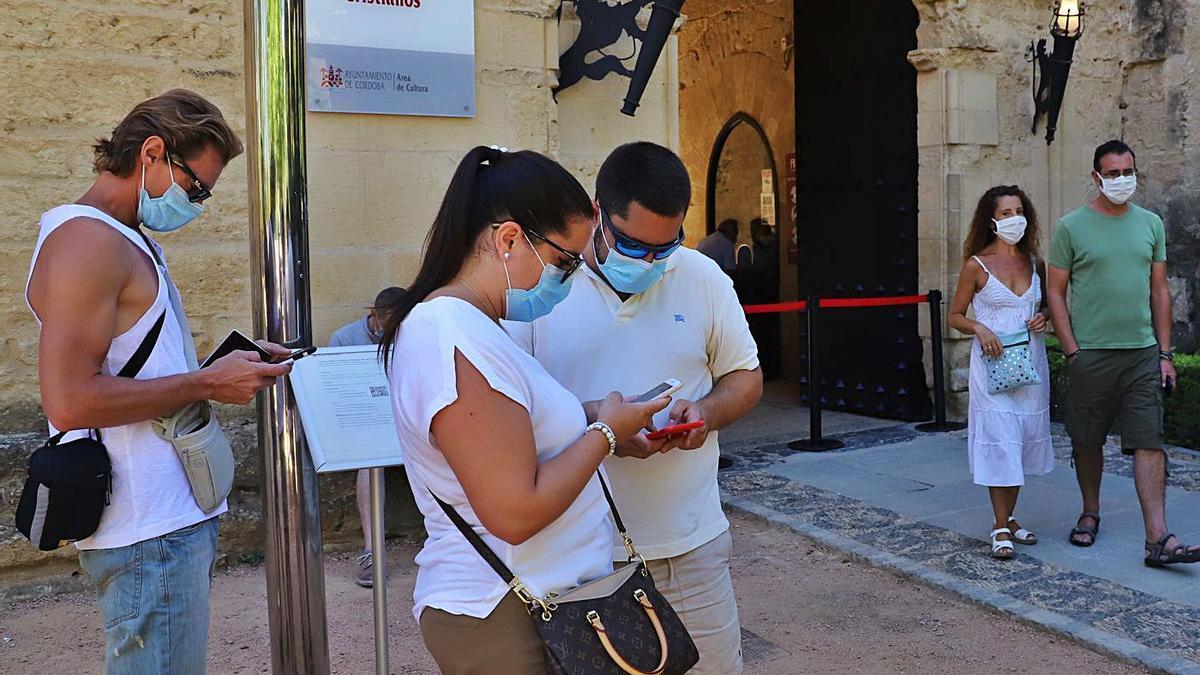 Varios turistas, a las puertas del Alcázar de los Reyes cristianos.