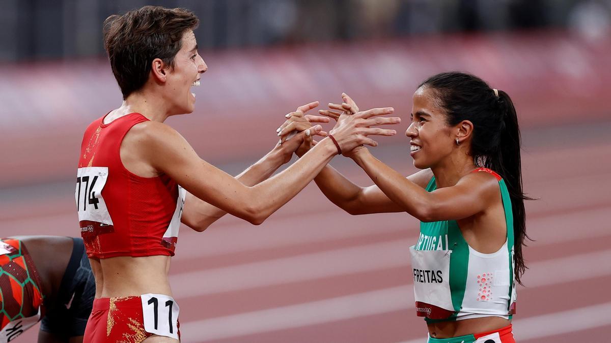 Marta Pérez celebrando su gesta con la atleta portuguesa, Marta Freitas.