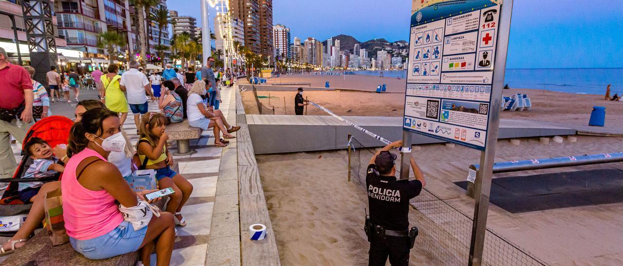 Agentes de la Policía Local, cerrando la playa de Levante la pasada noche de San Juan.