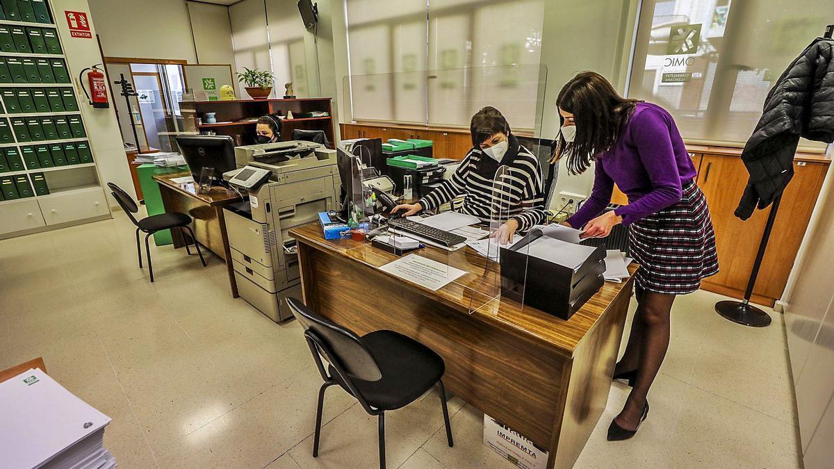 La Oficina Municipal del Consumidor de Elche ayer tras terminar el servicio, momento en el que se hizo la foto por seguridad. | ANTONIO AMORÓS