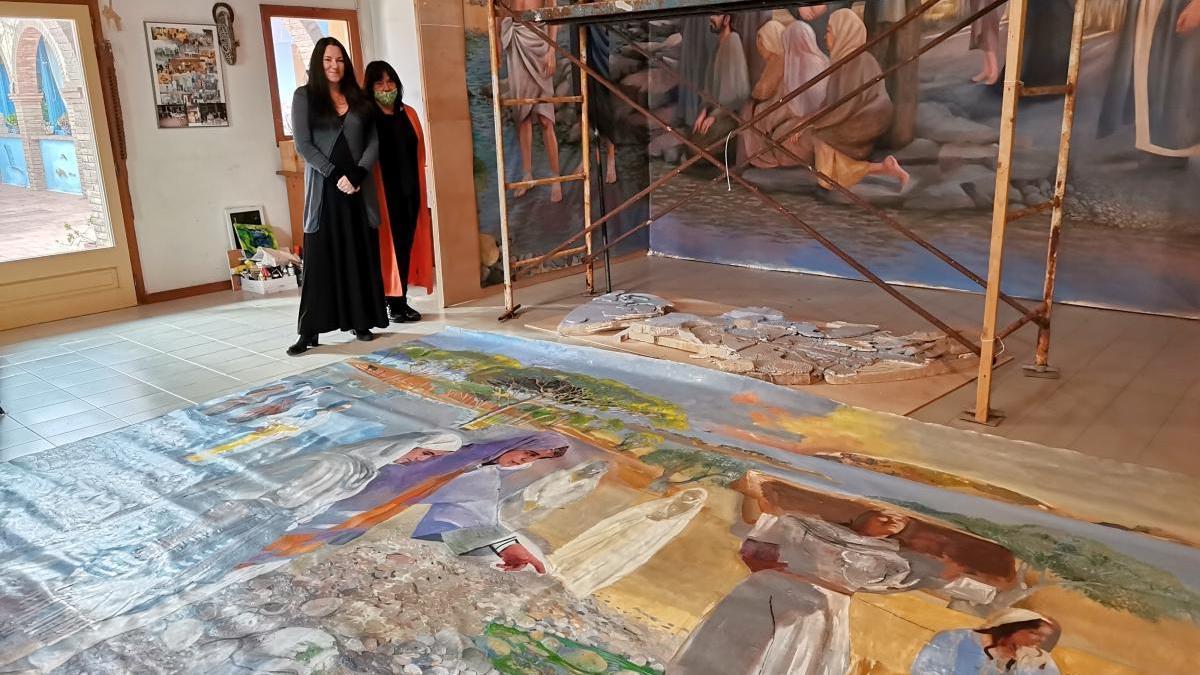La pintora Cathrine Bergsrud i Carme Jornet amb el conjunt pictòric