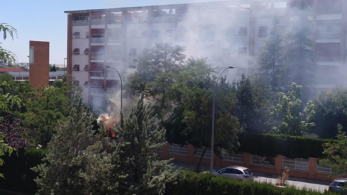 Fuego declarado esta tarde en una urbanización de Córdoba.