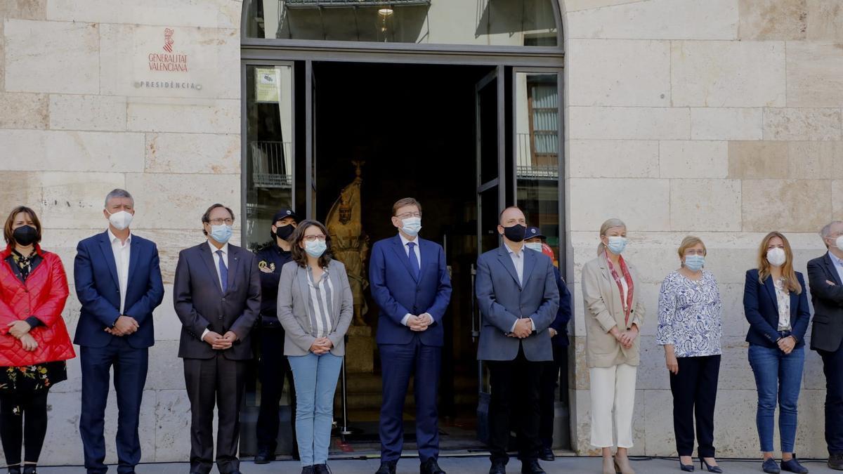 Concentración en la puerta de las Corts en repulsa al asesinato machista de Sagunt