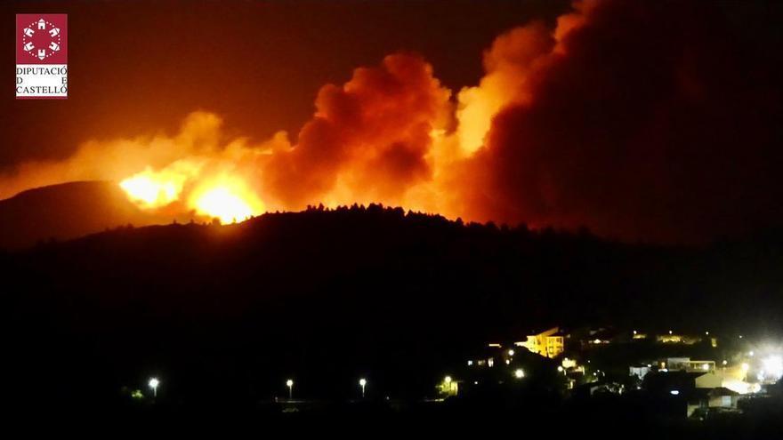 Evacuan a los vecinos de Azuébar ante la evolución del incendio forestal provocado por los rayos