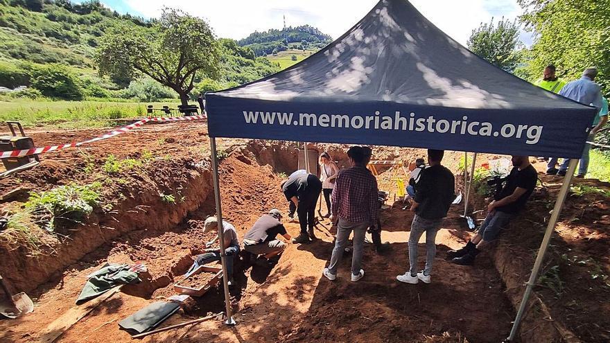 El equipo de las fosas de El Rellán llega al nivel de los cadáveres e iniciará hoy las exhumaciones