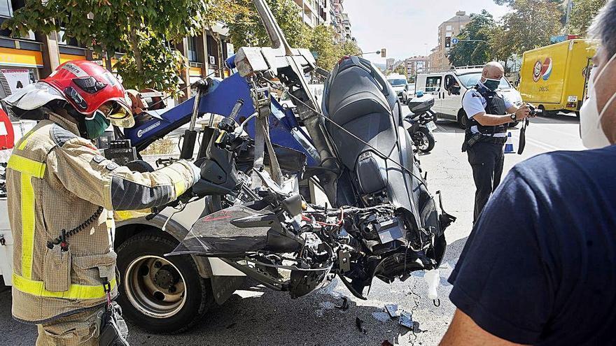 Un motorista resulta ferit greu en un xoc amb un cotxe al carrer Emili Grahit