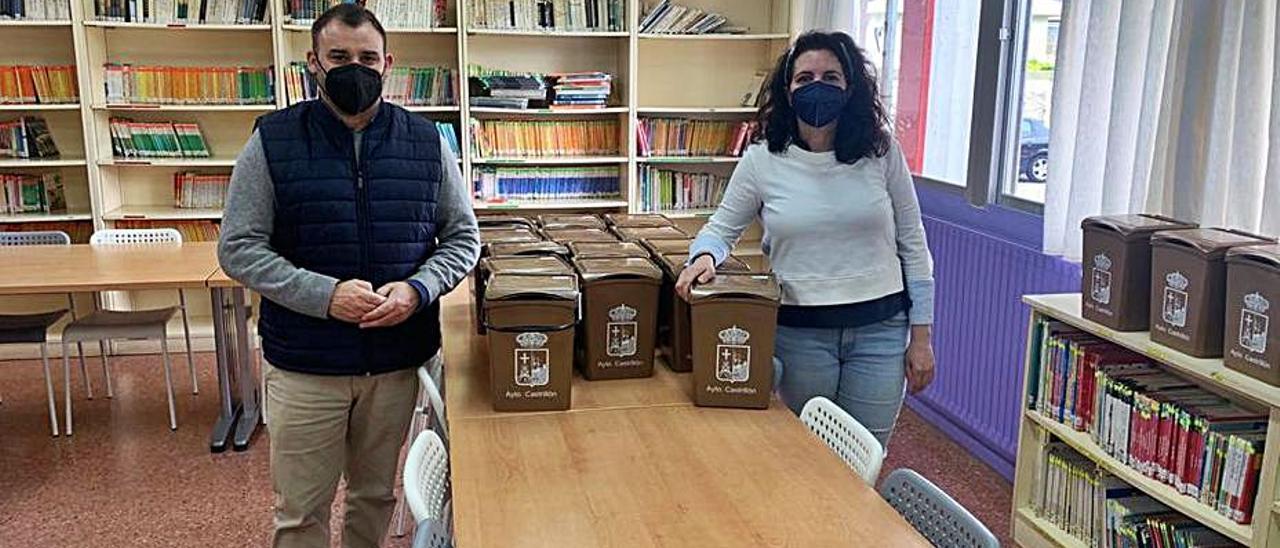 Iván López y Ana López Sánchez, en el colegio de Salinas con los cubos marrones que regalan a los participantes en la iniciativa.