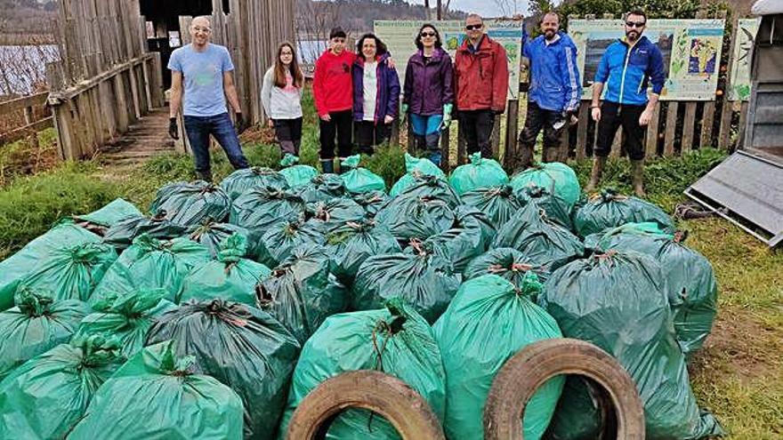 Voluntarios retiran casi 600 kilos de residuos en el entorno del río Mandeo