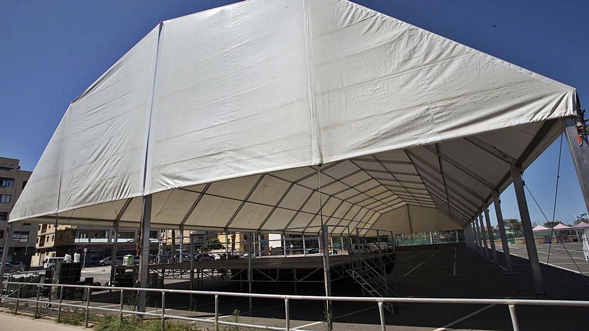 Carpa habilitada en el parking la avenida Mediterráneo para el desarrollo del festival. | DANI TORTAJADA