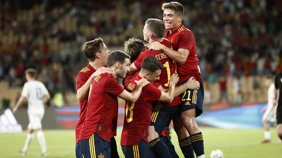 Los jugadores de la selección celebran uno de los tres goles.