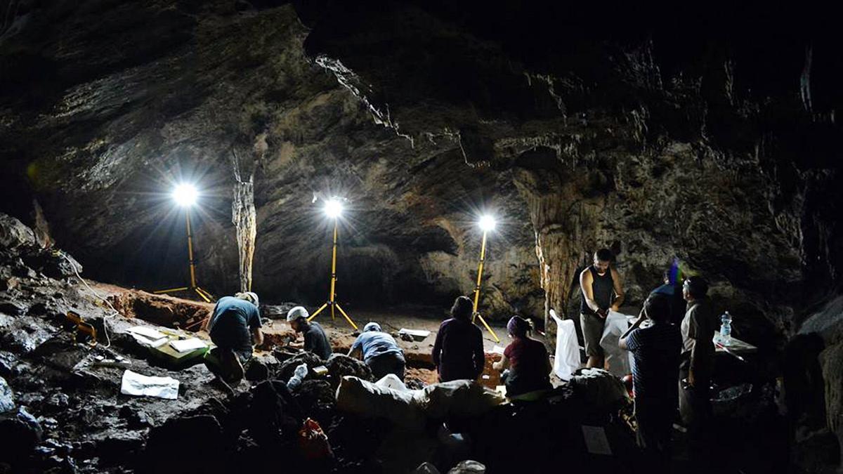 El equipo de arqueólogos trabajando en el interior de la Cueva de Ardales.