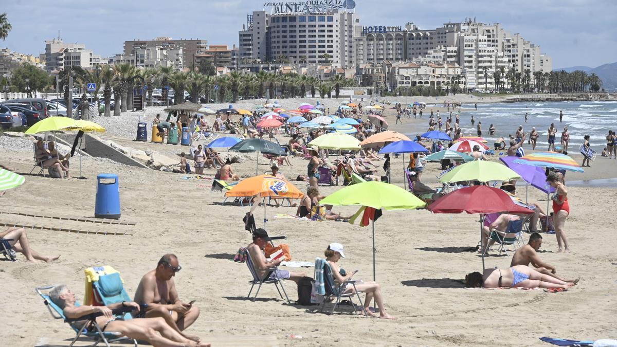 Aspecto de una playa de Orpesa, con una importante afluencia de gente, el pasado fin de semana.