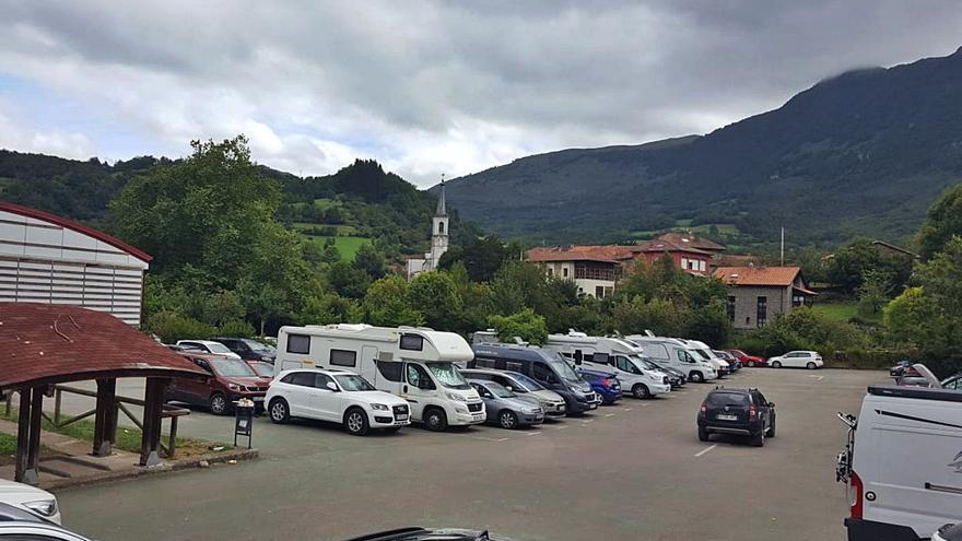 El Principado regula el aparcamiento en el acceso a la Ruta del Alba