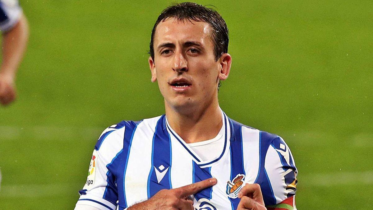 Oyarzabal celebra uno de los dos goles que anotó ayer ante el Huesca.