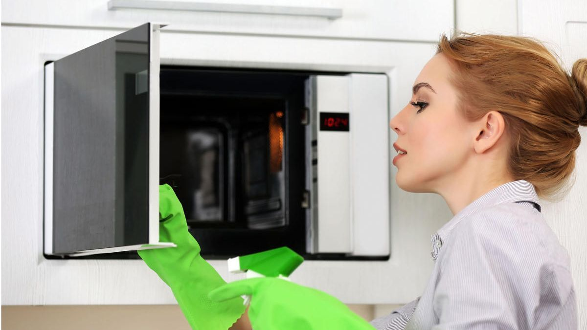 Algunos trucos que acabarán de forma sencilla y eficaz para dejar el microondas como el primer día