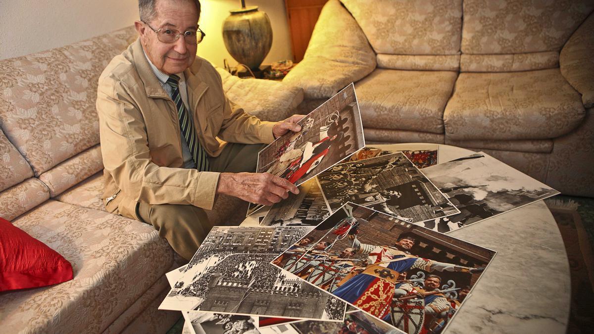 José Crespo Colomer mostrando algunas de sus fotografías.