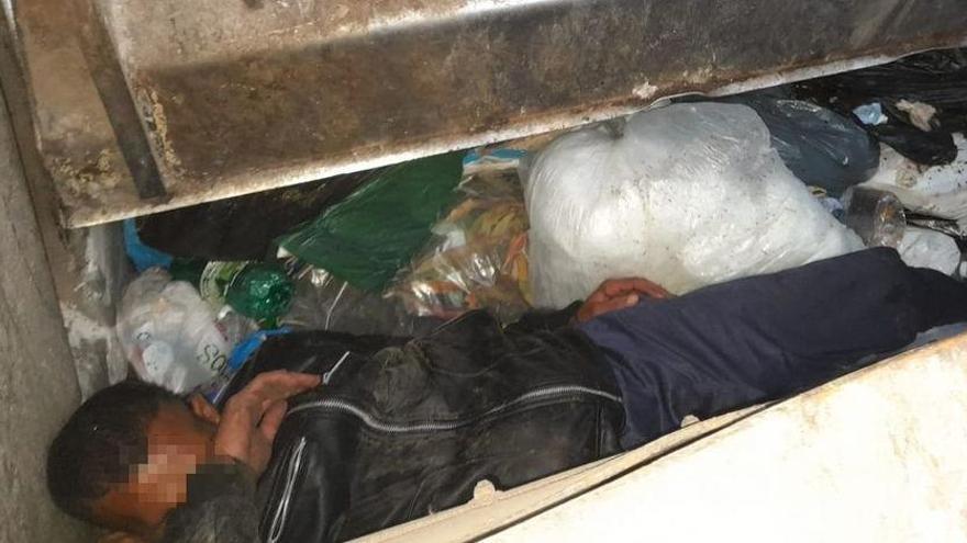 Un camió de les escombraries s'«empassa» un home amagat en un contenidor