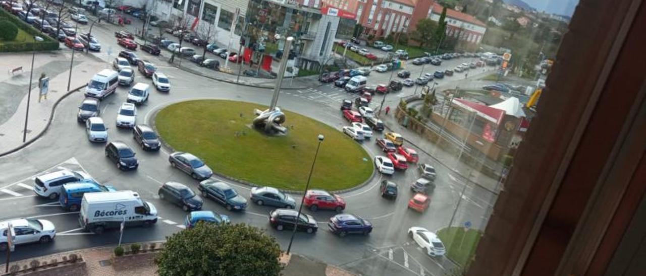 Foto tomada ayer al mediodía de la rotonda donde confluyen la calle Fuero de Avilés y la avenida de San Agustín ilustrativa del colapso circulatorio que se originó en el acceso al hospital.