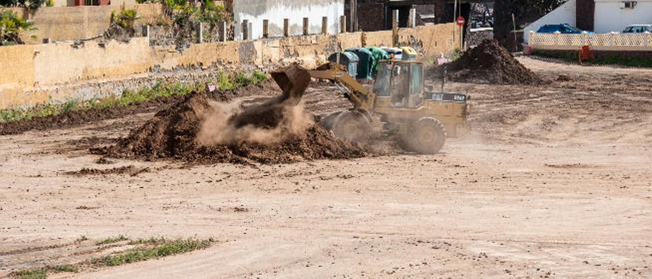 La limpieza del antiguo campo de Melenara retira 300 toneladas de tierra