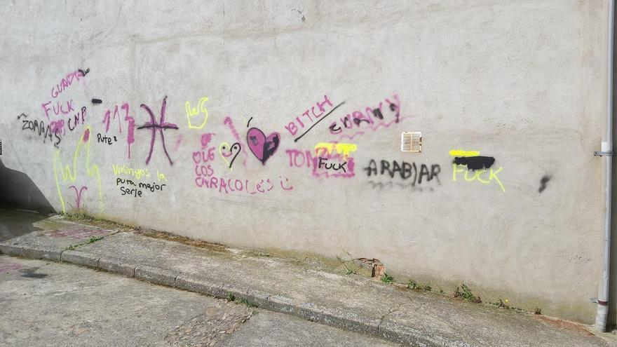 Unos padres dan ejemplo y pintan las fachadas de Guadalupe que sus hijos llenaron de grafitis