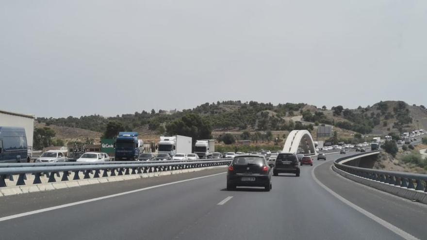 Atasco de 13 km en la A-7 a su paso por Murcia al inicio del Puente del Pilar