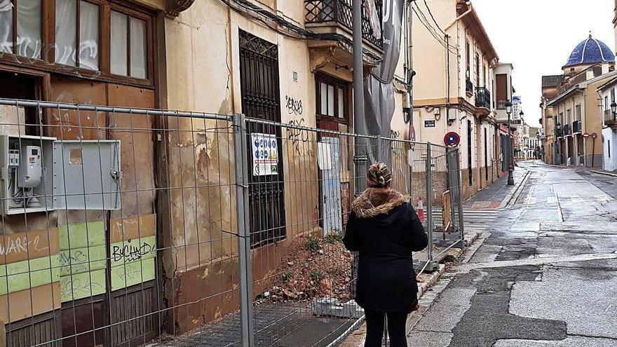Vecinos de Godella denuncian el bloqueo nueve meses de una acera por una obra paralizada