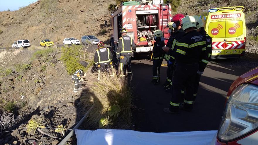 Una joven resulta herida al caer con su coche por un barranquillo en Guía de Isora
