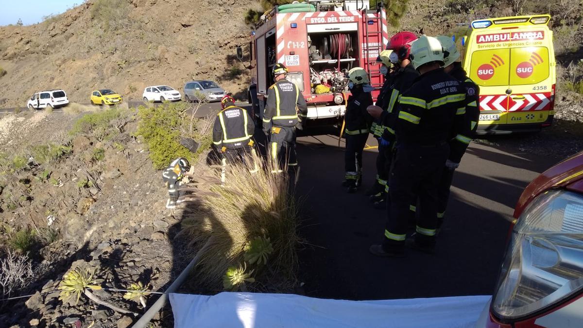 Bomberos y personal sanitario intervienen en el rescate de la conductora.