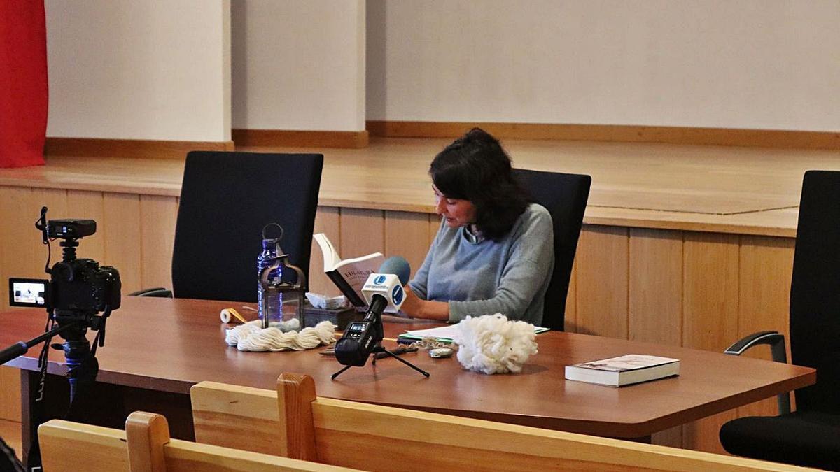 Alicia Andrés recita un fragmento de su libro.   A.H.M.