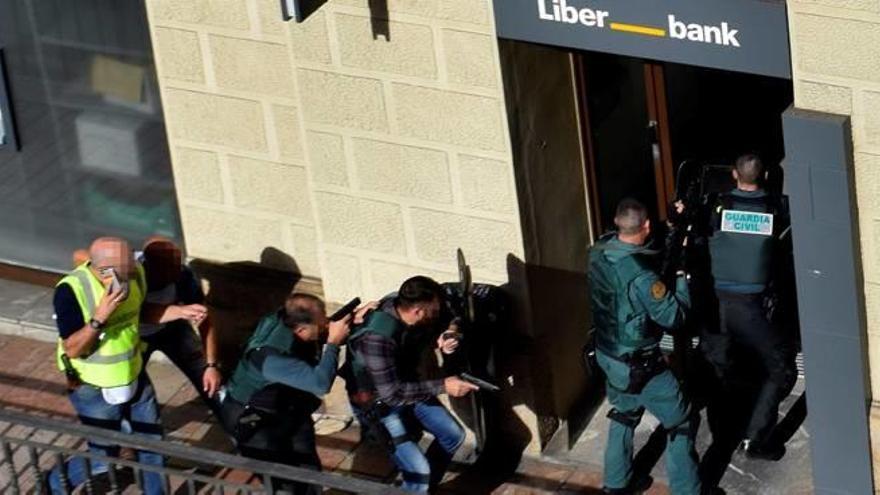 Un atracador se suïcida després  de retenir tres ostatges en un banc