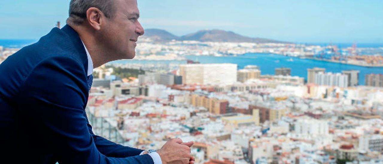 El alcalde de Las Palmas de Gran Canaria, Augusto Hidalgo, en el mirador de Cuatro Cañones.