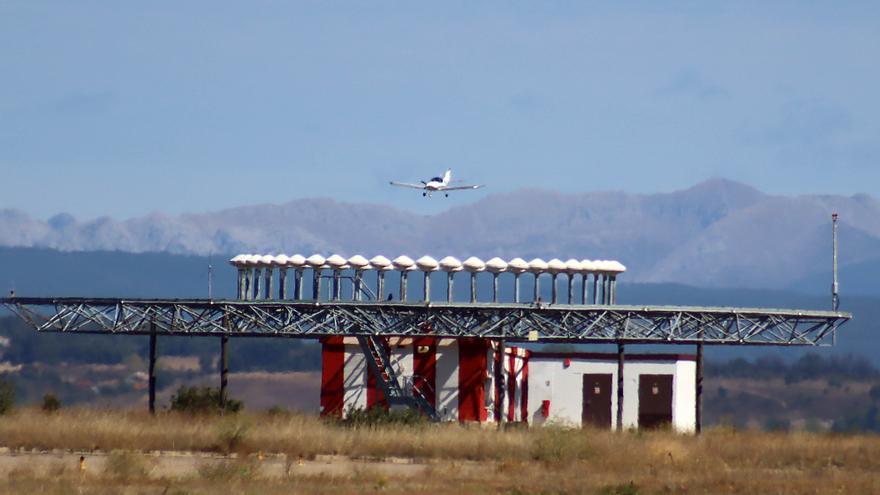 Tres heridos tras estrellarse una avioneta en el aeropuerto de León